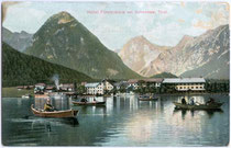 """Ruderboote beim Hotel """"Fürstenhof"""" in Pertisau am Achensee, Gemeinde Eben, Bezirk Schwaz, Tirol. Photochromdruck 9 x 14 cm; Impressum: Rob(ert). Harth, Achensee (ohne Ortsangabe) um 1910.  Inv.-Nr. vu914kfd00019"""