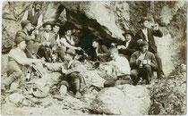 Wandergruppe einer alpinen Gesellschaft aus Hall in Tirol bei einer Stärkung in felsigem Gelände. Gelatinesilberabzug 9 x 14 cm; ohne Impressum, um 1905.  Inv.-Nr. vu914gs00725