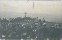 Schauturnen auf dem Hennersberg überWörgl, Bezirk Kufstein, Tirol. Gelatinesilberabzug 9 x 14 cm; Impressum: Raim(und). Haselberger, Wörgl um 1914. Inv.-Nr. vu914gs00236