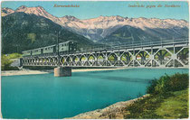 Personenzug der Mittenwaldbahn auf der Fahrt nach Innsbruck-Westbahnhof (Endstation) nach Halt im Bahnhof Hötting in der Höttinger Au passiert die Innbrücke. Photochromdruck 9 x 14 cm; Wilhelm Stempfle, Innsbruck 1914.  Inv.-Nr. vu914pcd00316