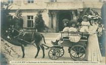 Ehefrau und Kinder von Emmanuel d'Orléans, duc de Vendôme, vor dessen  Jagschloss Mentlberg in Wilten (Stadt Innsbruck). Gelatinesilberabzug 9 x 14 cm; Impressum: F(ridolin). Arnold, Innsbruck um 1910.  Inv.-Nr. vu914gs01140