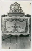 Bemaltes Bettgestell in einem nicht bezeichneten Gebäude in Matrei am Brenner. Gelatinesilberabzug 9x14cm; A(lfred). Stockhammer, Hall in Tirol um 1910.  Inv.-Nr. vu914gs00366