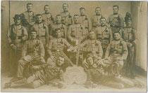 Hälftefeier der 2. Kompanie 3. Regiment k.u.k. Tiroler Kaiserjäger der Dienstjahre 1907 - 1910 in Riva (am Gardasee) 1909. Gelatinesilberabzug 9x14cm; kein Impressum.  Inv.-Nr. vu914gs00645