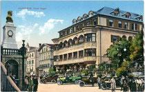 """Aufenthalt von """"Autlern"""" (zeitgenössische Bez. für Automobilisten) in Kufstein vor dem im Jugendstil erbauten Hotel Egger, um 1907. Photochromdruck 9x14cm; Verein(igter). Kunstverlag Ed(uard). LIPPOTT und A(nton). KARG, Kufstein.  Inv.-Nr. vu914pcd00112"""