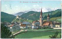 St. Lorenzen bei Bruneck mit Pfarrkirche Sankt Laurentius. Photochromdruck 9 x 14 cm; Impressum: Verlag Alois Hellweger; Joh(ann). F(ilibert). Amonn (Vertrieb) 1906.  Inv.-Nr. vu914pcd00009