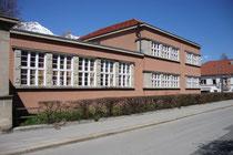 Städt. Kindergarten in der Pembaurstraße 20, Innsbruck-Pradl von Südwesten (Fassade zur Egerdachstraße), errichtet 1928 im Stil der Neuen Sachlichkeit nach Plänen von Arch. Michael Prachensky. Digitalphoto; © Johann G. Mairhofer 2013.  Inv.-Nr. 1DSC06381