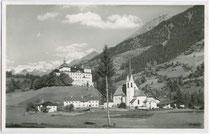 Schloss WOLFSTHURN (heute Südtiroler Landesmuseum für Jagd und Fischerei), 1727 – 1741 von Franz Andreas von Sternbach zum Barockschloss umgebaut worden. Gelatinesilberabzug 9 x 14 cm; Impressum: Rud(olf). Stricker, Meran 1930.  Inv.-Nr. vu914gs00137
