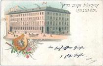 """Hotel """"Stadt München"""" mit damaligem Hauptportal in der Landhausstraße (heute: Meraner Straße) um 1895, heute u.a. Nespresso Boutique in der Erlerstraße 17-19. Chromolithographie 9 x 14 cm; Impressum: K(arl). Redlich, Innsbruck.  Inv.-Nr. vu914clg00017"""
