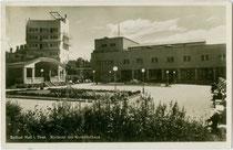 "Musikpavillon im Kurpark, Turmhotel ""Seeber"" und Kurhaus in Solbad Hall (heute Hall in Tirol). Gelatinesilberabzug 9 x 14 cm; Impressum: B. Lehrburger, Nürnberg um 1930.  Inv.-Nr. vu914gs00795"