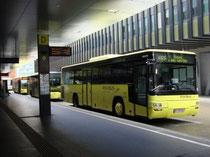 Postbusse beim Gebäude des Verkehrsverbundes Tirol (VVT), Sterzinger Straße 3, im Hintergrund Hotel IBIS. Digitalphoto; © Johann G. Mairhofer 2012.  Inv.-Nr. DSC04839