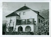 Haus Lanzin in St. Michael, Bahnhofstraße 77, Gemeinde Eppan im Überetsch, Südtirol. Gelatinesilberabzug 10 x 15 cm ohne Impressum, postalisch gelaufen 1963.  Inv.-Nr. vu105gs00104