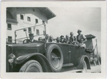 """Cabriolet-Autobus eines privaten Verkehrsunternehmens beim Gasthaus """"Pass Thurn"""" in Jochberg, Bezirk Kitzbühel, Tirol. Gelatinesilberabzug 6 x 9 cm ohne Impressum, wohl Privataufnahme um 1930.  Inv.-Nr. vu609gs00007"""