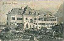 Städtisches Krankenhaus von Kufstein in der Krankenhausgasse Nr. 2. Lichtdruck 9 x 14 cm ohne Impressum, postalisch befördert 1911.  Inv.-Nr. vu914ld00197b