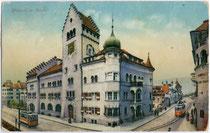 Streckenabschnitt der Grieser Linie beim Stadtmuseum im Kreuzungsbereich Sparkassen-/Museumstraße in Bozen. Photochromdruck 9 x 14 cm; Joh(ann). F(ilibert). Amonn, Bozen; postalisch gelaufen 1915.  Inv. Nr. vu914pcd00079