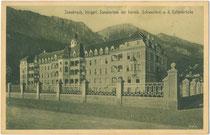 Im Stil des Neobarock 1909 errichtetes Sanatorium der Kreuzschwestern an der ehem. Kettenbrücke im Saggen, Stadtgemeinde Innsbruck, Tirol. Heliogravüre 9 x 14 cm; Verlag Karl Redlich, Innsbruck; postalisch befördert 1911.  Inv.-Nr. vu914hg00057