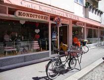 """Café - Konditorei """"WALTER"""" in Innsbruck, Pradler Straße, vis à vis der Pradler Pfarrkirche mit klassischem Auslieferungsfahrzeug davor. Digitalphoto, © Johann G. Mairhofer 2013 – Alle Rechte vorbehalten !   Inv.-Nr. DSC06367"""