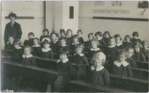 Mädchenklasse der Scuola Elementare in Brixen (6 Jahre nach Machtergreifung der italienischen Faschisten unter Benito Mussolini). Gelatinesilberabzug 9x14cm; kein Impressum 1928.  Inv.-Nr.  VU-90.140-BI-SC-00007