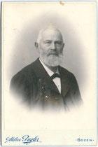 Vignettiertes Brustbild von Moser aus Niederdorf. Gelatinesilberabzug auf Untersatzkarton 11 x 16,5 cm; Atelier (Josef) Gugler, Bozen um 1895.  Inv.-Nr. vuCAB-00082
