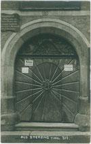 Eingangsportal vom Haus Nr. 167 (alte Nummerierung) in Sterzing. Gelatinesilberabzug 9 x 14 cm; Impressum: Photograf. Kunstverlag A(lfred). Stockhammer, Hall in Tirol 1911.  Inv.-Nr. vu914gs01121