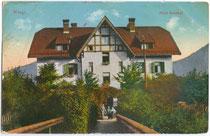 """Im Heimatstil erbautes Hotel """"Bahnhof"""" (seit Erweiterung Gasthof Hotel """"Linde"""") vis à vis von Bahnhofsrestauration und Bahnstation (beide 1944 zerbombt) in Wörgl. Photochromdruck 9 x 14 cm; Purger & Co., München um 1910.  Inv.-Nr. vu914pcd00125"""