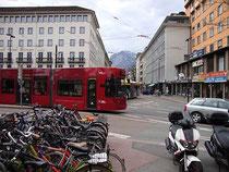 """Straßenbahngarnitur BOMBARDIER Flexity Outlook (""""Cityrunner"""") bei Einbiegen vom Südtiroler Platz in die Brunecker Straße. Digitalphoto; © Johann G. Mairhofer 2013.  Inv.-Nr. DSC06409"""