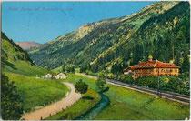 """Hotel """"Tereme del Brennero"""" (dt. Thermalbad Brenner), Brennerbahn, Eisack und Brennnerstraße. Photochromdruck 9 x 14 cm; Impressum: Lorenz Fränzl, Bozen um 1912 (Aufnahme), Neuauflage nach 1920.  Inv.-Nr. vu914pcd00312"""