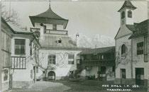 Innenhof vom Ansitz TASCHENLEHEN in Ampass bei Hall in Tirol. Gelatinesilberabzug 9 x 14 cm; Impressum: A(lfred). Stockhammer, Hall 1912.  Inv.-Nr. vu914gs00050