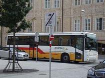 Postbus der Marke RENAULT im Farbschema der Epoche gelb-rot-weiß in der Liebeneggstraße beim Ansitz LIEBENEGG, Innsbruck-Wilten. Digitalphoto; © Johann G. Mairhofer 2012.  Inv.-Nr. DSC05070