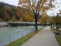 Hans-Psenner-Steg (vorm. Weiherburgsteg) in Innsbruck, eine überdachte Holzbrücke nur für Fußgänger und Radfahrer über den Inn von der rechtsufrigen Franz-Greiter-Promenade aus. Digitalphoto; © Johann G. Mairhofer 2015.  Inv.-Nr. 2DSC03496