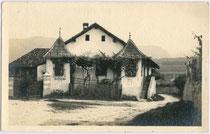 Von Jenner'scher Ansitz in Pigenò, Fraktion St. Michael, Gemeinde Eppan. Gelatinesilberabzug 9 x 14 cm; Impressum: L. Molpurgo, Roma, postalisch befördert 1932.  Inv.-Nr. vu914gs00123