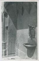 """Trinkbrunnen am Eingang zur Burg NEUENHOF unterhalb des Prunkerkers mit dem """"Goldenen Dachl"""". Gelatinesilberabzug 9x14cm; Wilhelm Stempfle, Innsbruck um 1930.  Inv.-Nr. vu914gs00469"""