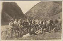 Tourenradfahrer bei einem Halt am Brennersee, Gemeinde Gries am Brenner. Gelatinesilberabzug 9x14cm; Anonymus/-a um 1950.  Inv.-Nr. vu914gs00269