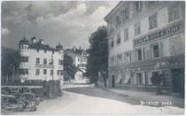 Gasthöfe BRIXLEGGERHOF und HERRNHAUS (eigentlich Ansitz GRASEGG) in Brixlegg, Bezirk Kufstein. Gelatinesilberabzug 9 x 14 cm; ohne Impressum um 1910.  Inv.-Nr. vu914gs00396