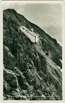 Zweite Sektion der Innsbrucker Nordkettenbahn (Seegrube - Hafelekar), 1927/28 nach Plänen von Franz Baumann errichtet. Gelatinesilberabzug 9 x 14 cm; Impressum: Wilhelm Stempfle, Innsbruck um 1930.  Inv.-Nr. vu914gs01104