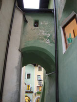Bauten-Verbindungsbrücke über der Traufgasse zwischen ehem. Ansitz der Grafen Lamberg (rechts) und deren Empore in der Pfarrkirche St. Katharina (links) in Kitzbühel. Digitalphoto; © Johann G. Mairhofer 2015.  Inv.-Nr. 2DSC03030