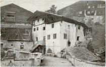 Schellenschmiede in Grins, Bezirk Landeck, Tirol. Autotypie 9 x 14 cm; Impressum: Toni Kogler, Innsbruck; postalisch befördert 1923.  Inv.-Nr. vu914at00028