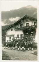 Aufstellung der Bürgerkapelle Stanz bei Landeck wohl vor dem Zweiten Weltkrieg. Gelatinesilberabzug 9 x 14 cm; Impressum: G. Schubert, Fotograf, St. Anton am Arlberg um 1938.  Inv.-Nr. vu914gs01158
