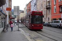 Triebwagen Bombardier Flexity Outlook C der IVB Linie 3 in der Pradler Straße in Innsbruck-Pradl - Trasse mittlerweile aufgelassen - unterwegs (auf Bildbetrachter zu) Richtung Innere Stadt. Digitalphoto; © Johann G. Mairhofer 2013; Inv.-Nr. 1DSC06946