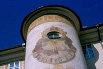 Treppenturm mit Sonnenuhr am Ansitz LIEBENEGG in Innsbruck-Wilten, Liebeneggstraße 2;. Farbdiapositiv 24x36mm; J© Johann G. Mairhofer 1998.  Inv.-Nr. dc135fuRA679.1_24