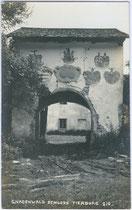 Tor vom Ansitz THIERBURG in Fritzens. Gelatinesilberabzug 9x14cm; A(lfred). Stockhammer, Hall in Tirol 1909.  Inv.-Nr. vu914gs00346
