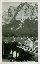 Triebzug aus bisher unbekannter Baureihe wohl der Deutschen Reichsbahn auf dem Ehrwalder Viadukt der Außerfernbahn und die Zugspitze bei Ehrwald, Bzk. Reutte, Tirol. Gelatinesilberabzug 9 x 14 cm; A. Somweber, Ehrwald um 1935.  Inv.-Nr. vu914gs00759
