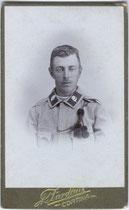Landesschütze der Gebirgstruppe mit Schützenschnur. Gelatinesilberabzug 10,6 x 6,8 cm (Visitformat). Impressum: A(ntonia Verocai). Zardini, Cortina um 1907.  Inv.-Nr. vuVIS-00005