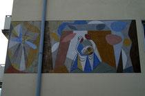 Wandgemälde von Walter Honeder, Maler und Graphiker (1906 - 2006) ein Paar mit Kleinkind darstellend am Haus Hunoldstraße 20 in Pradl, Stadtgemeinde Innsbruck. Digitalphoto; © Johann G. Mairhofer 2014.  Inv.-Nr. 2DSC01984