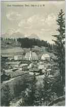 Fieberbrunn, Bezirk Kitzbühel, Tirol mit Pfarrkirche zu den Hll. Primus und Felizian von Nordosten. Lichtdruck 9 x 14 cm; Impressum: Josef Herold, Photograph, Kitzbühel um 1905.  Inv.-Nr. vu914ld00281