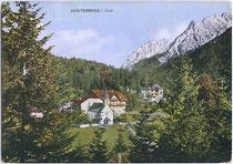 Großgasthof GRIESSENBÖCK und Jagdschloss mit Falkengruppe im Karwendel. Kombinationsfarbdruck 10x15cm; Kunstverlag Max Stadler, München um 1920. Inv.-Nr. vu105kfd00001