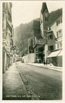 Bienerstraße mit Buchhandlung und Verlag Armütter (im Bild rechts) in Rattenberg, Bezirk Kufstein, Tirol. Gelatinesilberabzug 9 x 14 cm; Impressum: Robert Armütter, Rattenberg um 1935.   Inv.-Nr. vu914gs01103