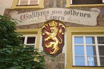 """Wirtsschild über dem Portal vom Gasthaus """"zum Löwen"""" in der Mustergasse 3, Hall in Tirol. Digitalphoto; © Johann G. Mairhofer 2013.  Inv.-Nr. 1DSC07292"""