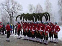 """5823 - Die Bögen werden erhoben, und alle Tänzer tanzen unter der """"Laube"""" hindurch, die sich somit aufzulösen beginnt."""