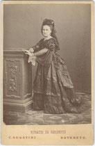 Epochentypisches Ganzfigurportrait einer Dame aus dem Adel in Trauertournüre. Albuminabzug 16,6 x 10,8 cm (Cabinet-Format); Impressum: C. Segatini, Rovereto 1868/69.  Inv.-Nr. vuCAB-00250
