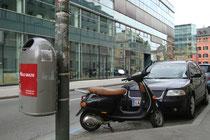 Motorroller wohl der Marke VESPA abgestellt in der Universitätsstraße beim Campus der Sozial- und Wirtschaftswissenschaftlichen Fakultät der Universität Innsbruck. Digitalphoto; © Johann G. Mairhofer 2014.  Inv.-Nr. 2DSC01389